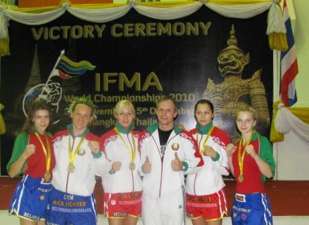 Женская золотая команда и тренер