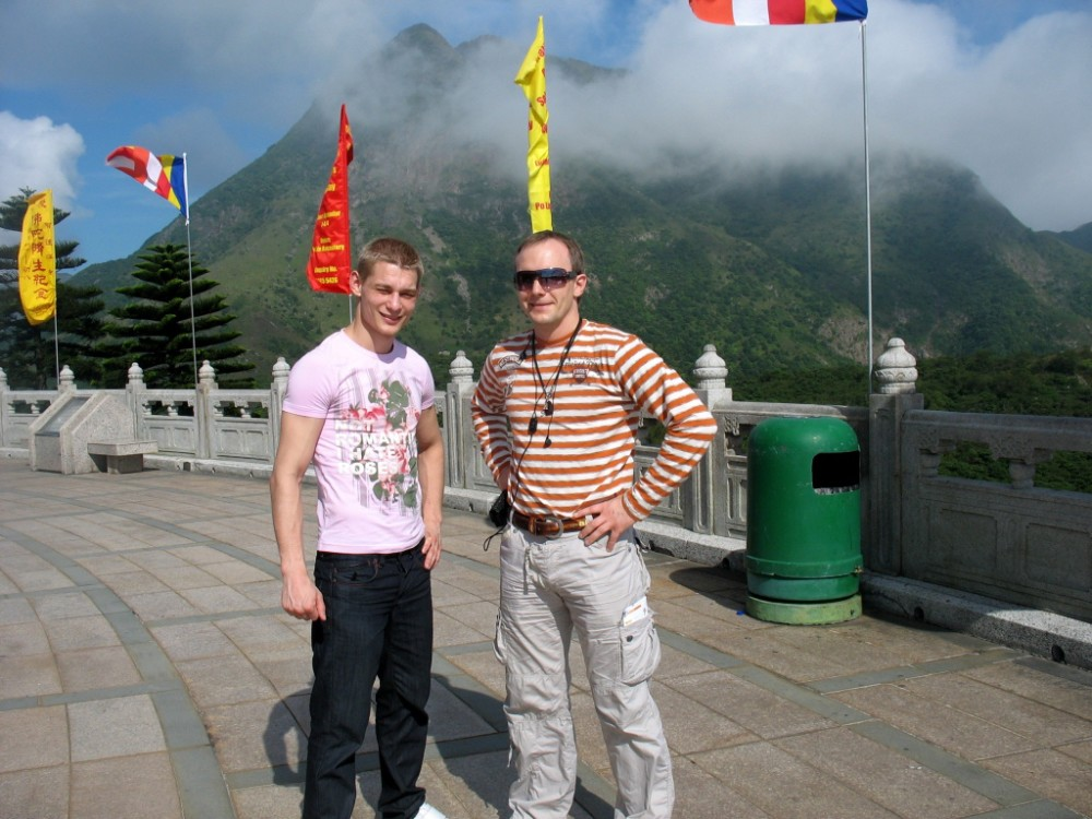 В Гонконге у статуи Будды