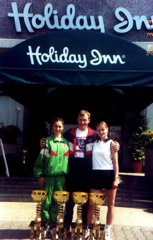 Маша и Оля с тренером