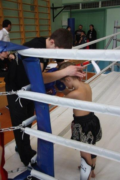 тренер снимает Монгкон перед боем